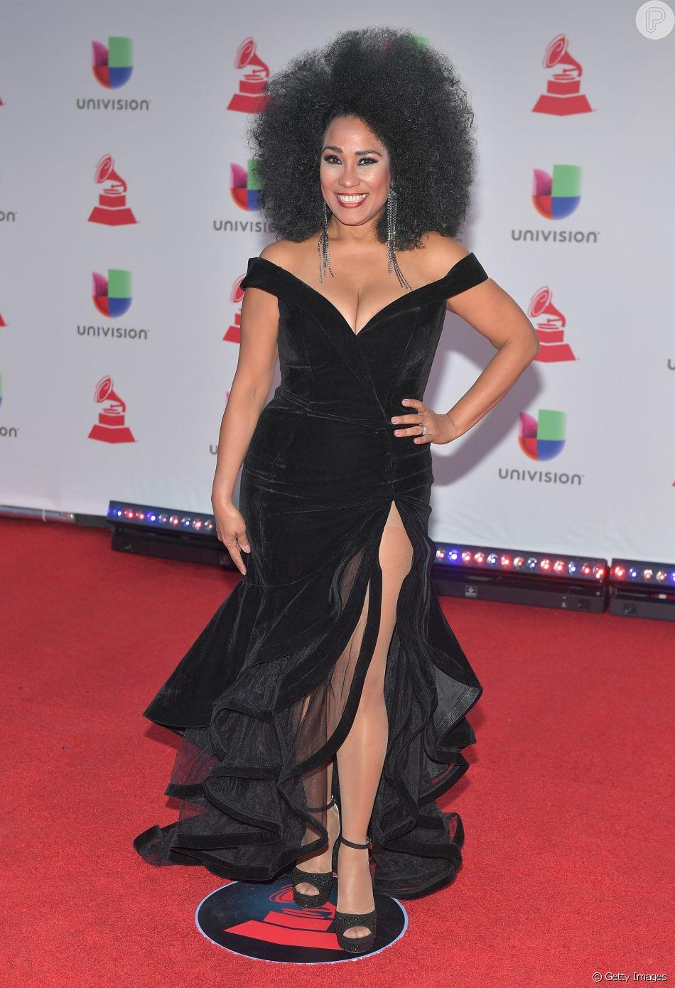 78637afbc A cantora Aymee Nuviola apostou um vestido com decote e fendas poderosas de  veludo para premiação