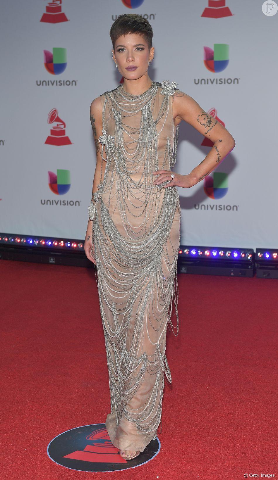 792b9e0708 A cantora Halsey modernizou um vestido estilo vintage com toque de  transparência