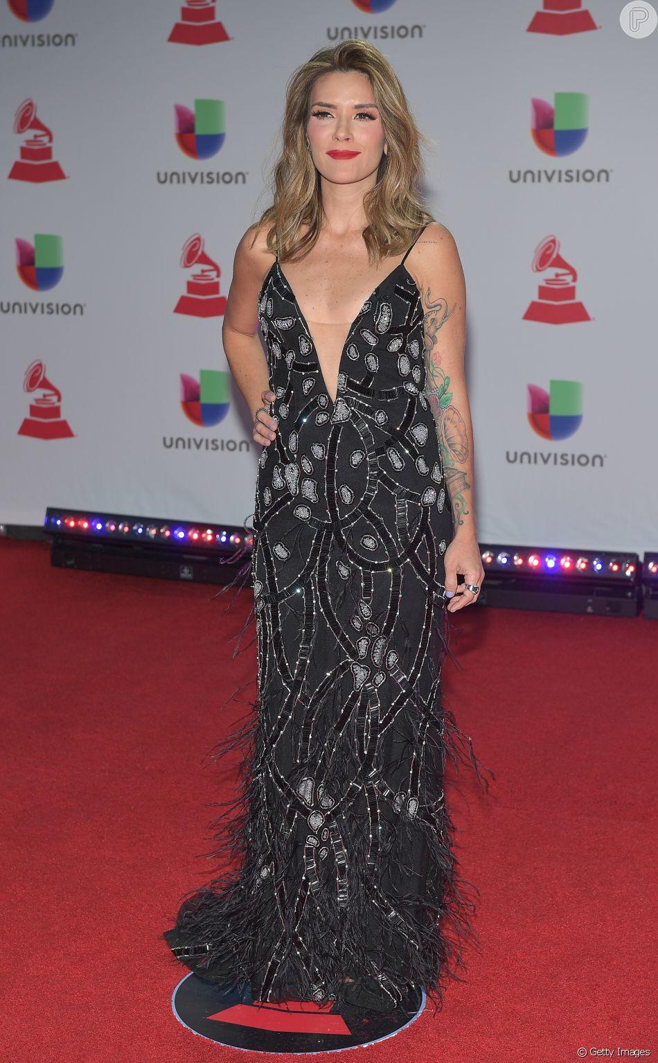 2ef8876be A cantora Kany Garcia apostou em vestido longo com decote e bordados em  prata para o Grammy Latino 2018