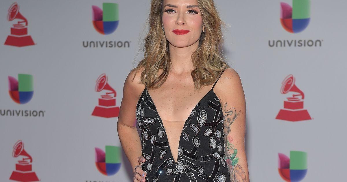 9499dbca3 A cantora Kany Garcia apostou em vestido longo com decote e bordados em  prata para o Grammy Latino 2018 - Purepeople