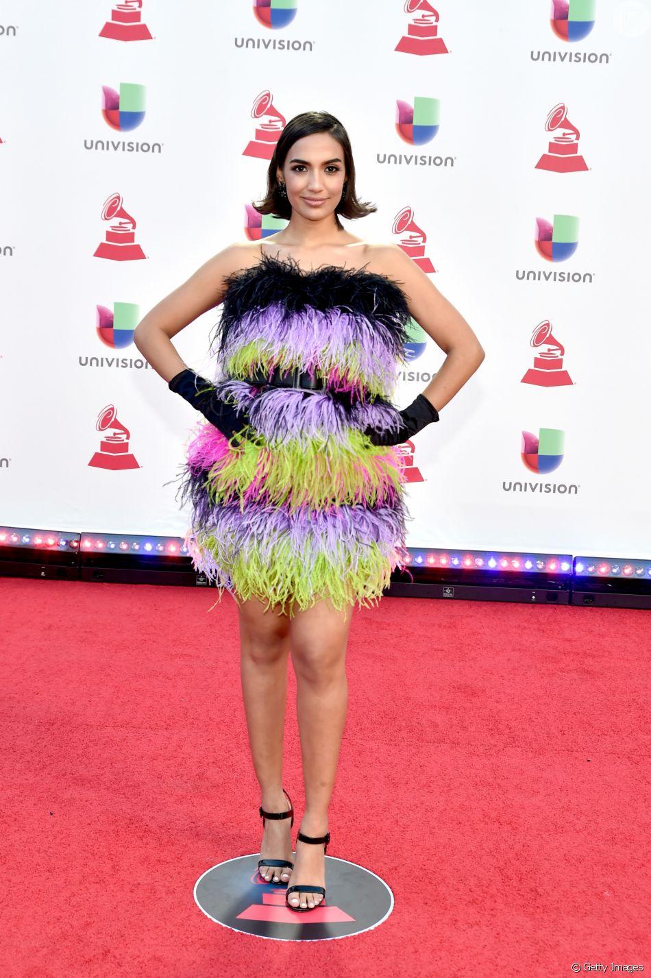 0d60cef44 A cantora Manu Manzo apostou em um look vintage colorido repleto de plumas  do designer Mondo Guerra