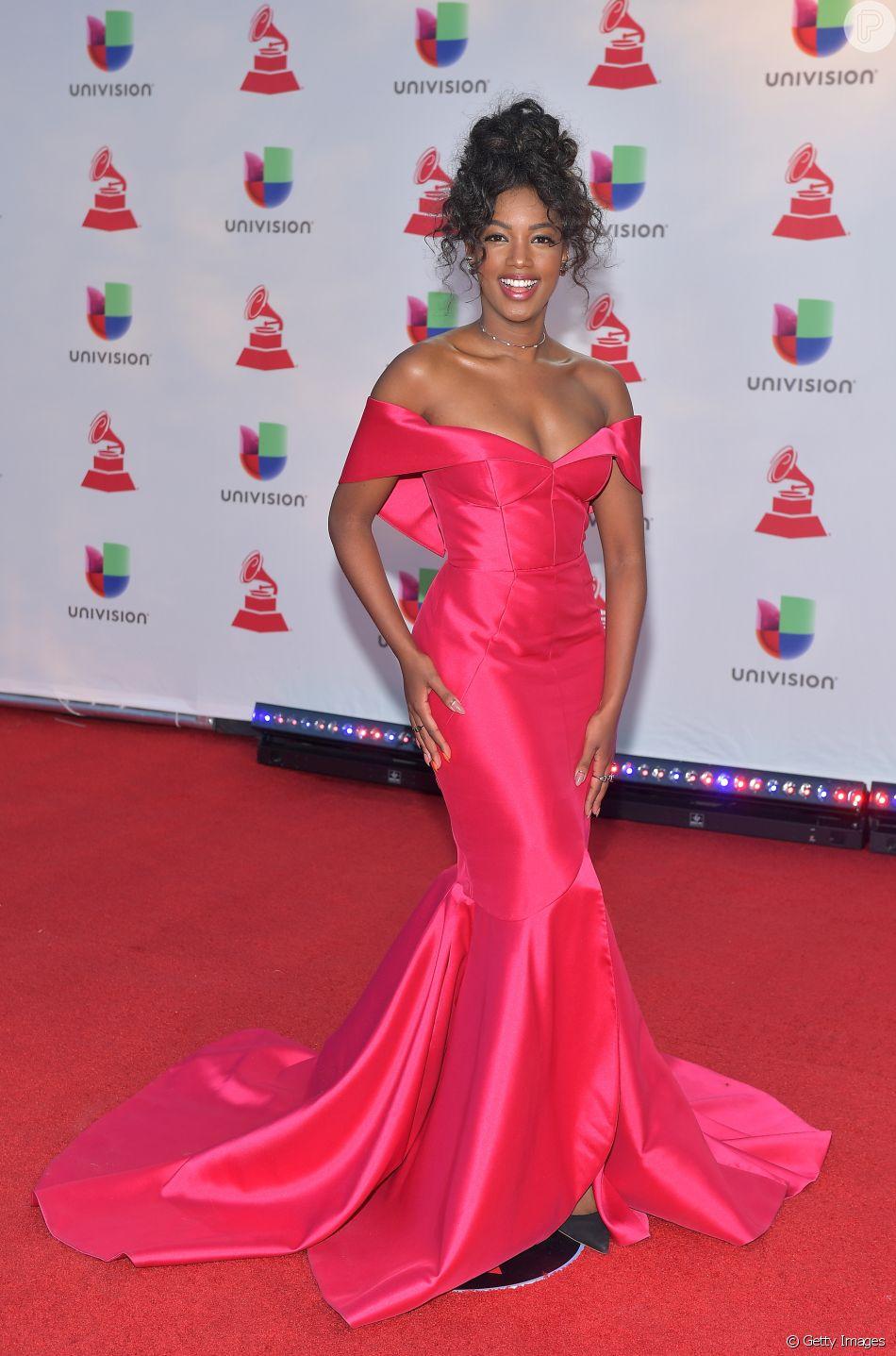 ddfe420cb A cantora Iza apostou em vestido modelo sereia da marca Apartamento ...