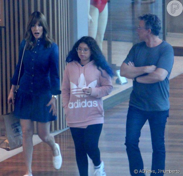 Ana Furtado passeia em shopping do Rio de Janeiro ao lado do marido, Boninho, e da filha, Isabella, em 18 de novembro de 2018