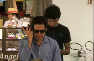 Murilo Benício passeia com o filho mais velho, Antônio, em shopping carioca