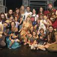 Grazi Massafera e a filha, Sofia, posaram com o elenco da peça ' O Diário de Pilar na Grécia'