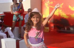 Mel Maia desfila em escola de samba infantil com Deva, filha de Vincent Cassel