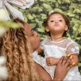 Roberta Rodrigues batizou a filha, Linda Flor, de 1 ano, em igreja do Rio de Janeiro
