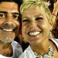 Os casal Junno Andrade e a rainha Xuxa Meneghel fazendo 'selfies' em desfiles na Sapucaí