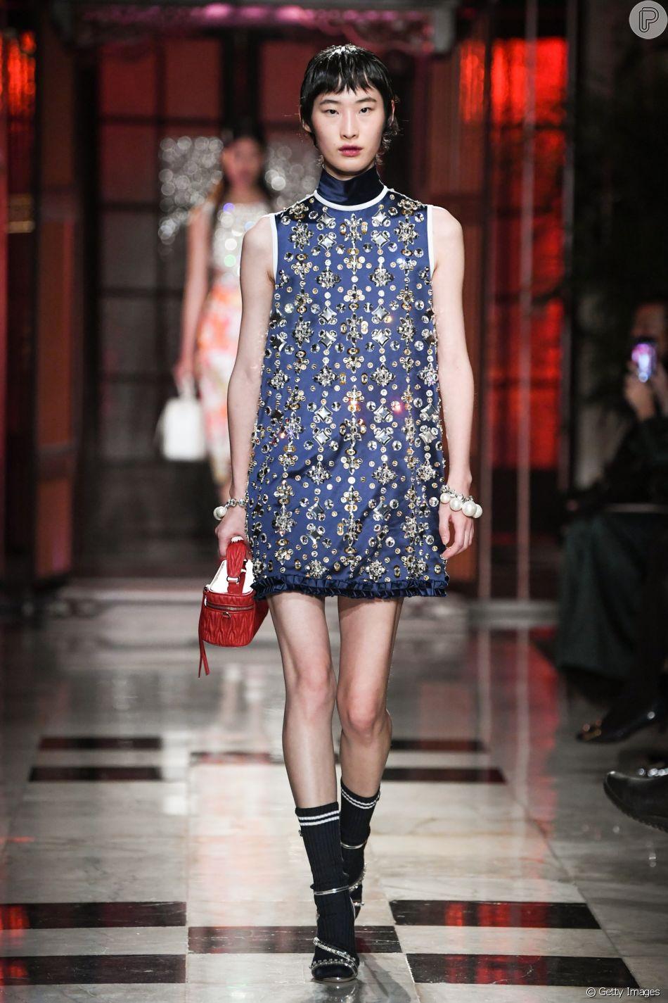 d1f70c188 Vestidos curtos em estilo anos 60 estão de volta à moda. Look bordado da Miu  Miu