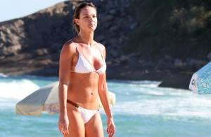 Letícia Birkheuer malha na praia com personal e mostra boa forma de biquíni