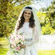O vestido de casamento usado por Juliana Paiva para a novela 'O Tempo Não Para' teve detalhes de renda, bordados e decote nas costas