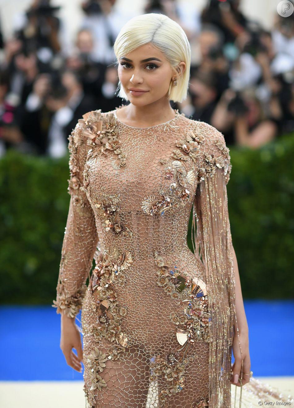 Kylie Jenner: transparência, franjas e brilho