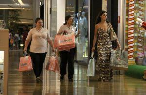 Após Marquezine, Fátima Bernardes recebe ajuda com bolsa de compras no shopping