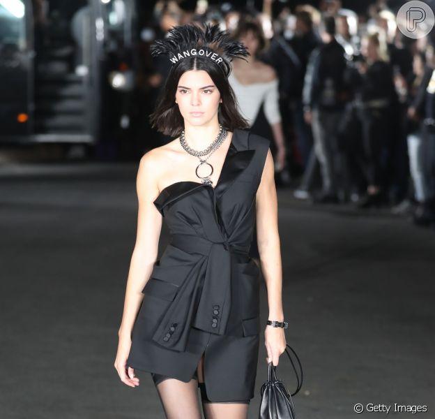 Total black: Kendall Jenner e sua Pouch Bag