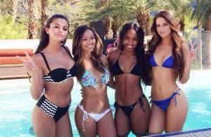 Selena Gomez posa de biquíni com amigas em festa na piscina em Las Vegas