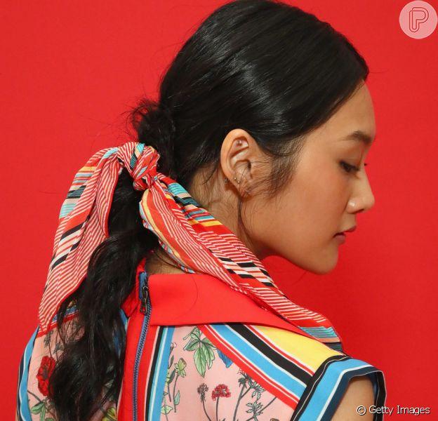 O lenço estampado estilizando penteados como o rabo de cavalo é queridinho da temporada