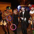 Susana Vieira posa com animadores de festa em evento carioca