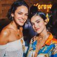 Bruna Marquezine usa look transparente para curtir festa com Manu Gavassi