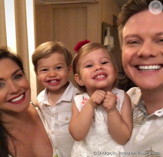 Thais Fersoza postou a primeira foto com os filhos, Melinda e Teodoro, ao lado do marido, Michel Teló, nesta terça-feira, 1º de janeiro de 2019: 'Saúde, amor e paz'