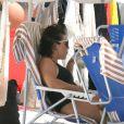 Fernanda Souza bebeu uma caipirinha na praia em dia de folga com o marido, Thiaguinho