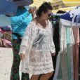 Fernanda Souza escolheu uma saída de praia soltinha e com detalhes em renda