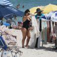 Fernanda Souza comprou uma saída de praia branca com transparência