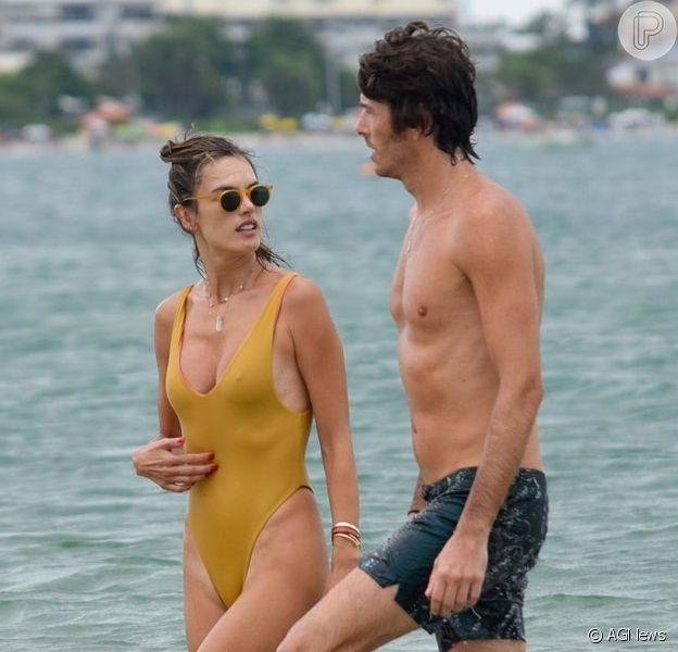 Alessandra Ambrosio curte momento de folga com o namorado, Nicolo Oddi, em Florianópolis