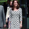 Bolinhas em looks mais formais: Kate Middleton escolheu um modelo clássico da Dolce & Gabbana
