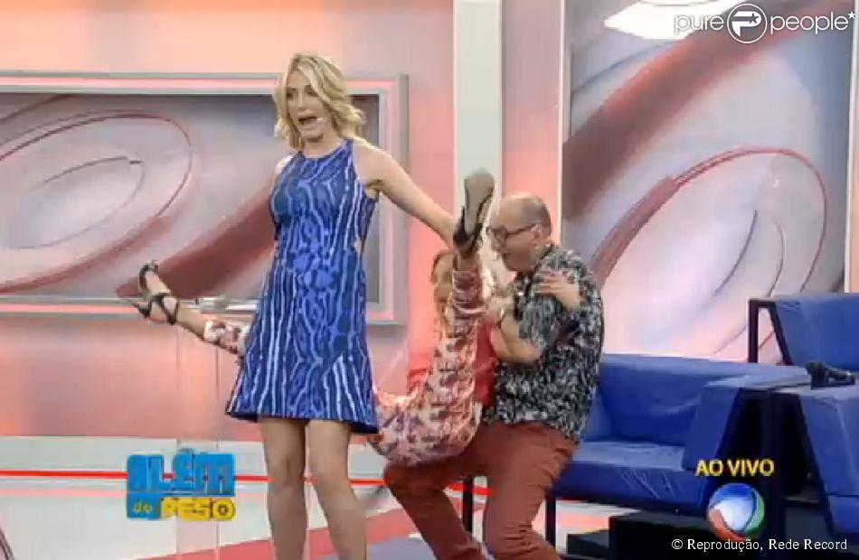Ticiane Pinheiro brinca de 'cavalinho' com Ana Hickmann e leva tombo no palco (17 de setembro de 2014)