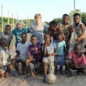 Luciano Huck mostra os filhos jogando futebol com crianças de Moçambique: 'Time'