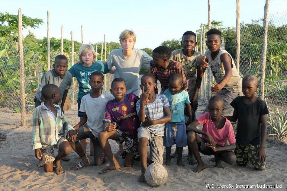 Luciano Huck mostra os filhos jogando futebol com crianças de Moçambique nesta terça-feira, dia 08 de janeiro de 2018