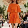 Plissado laranja na passarela de Primavera/Verão de Valentino.