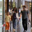 Vladimir Brichta leva os filhos para passeio em shopping no Rio, e compra sovertes para os herdeiros