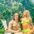 Luísa Sonza posa com o marido, Whindersson Nunes, e look neon durante viagem