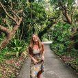 Luísa Sonza usou um top de crochê e saia estampada em viagem a Tailândia