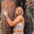 Luísa Sonza escolheu uma calça larguinha e top de crochê para visitar santuário de elefantes