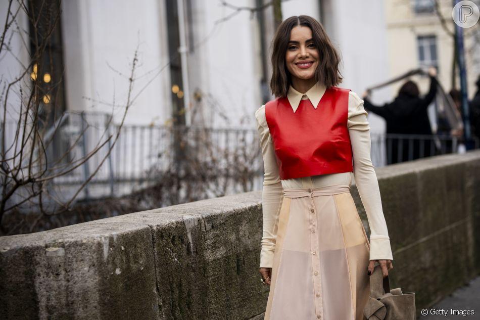 Camila Coelho: transparência cool + ponto de cor com o cropped