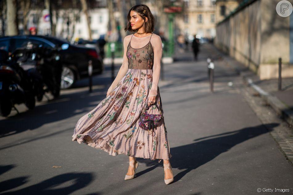 Camila Coelho: renda + transparência + Saddle Bag da Dior