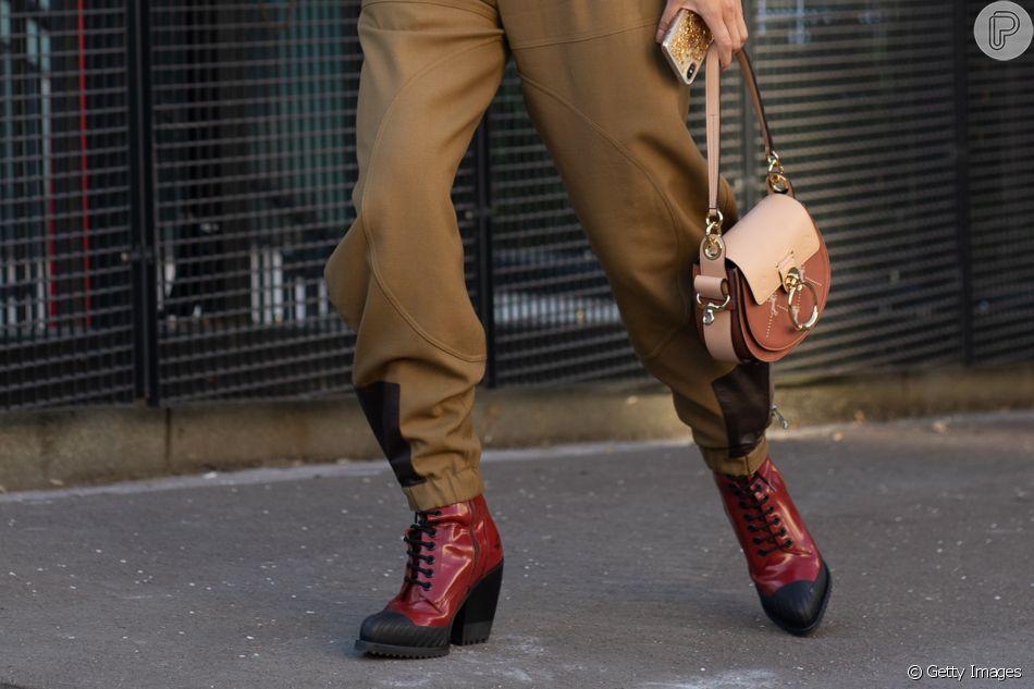 No detalhe: boots bicolor
