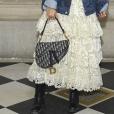 No detalhe: babados + jeans + boots + Saddle Bag da Dior
