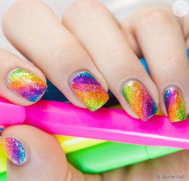 Unhas multicoloridas e com glitter são tendência para o Carnaval