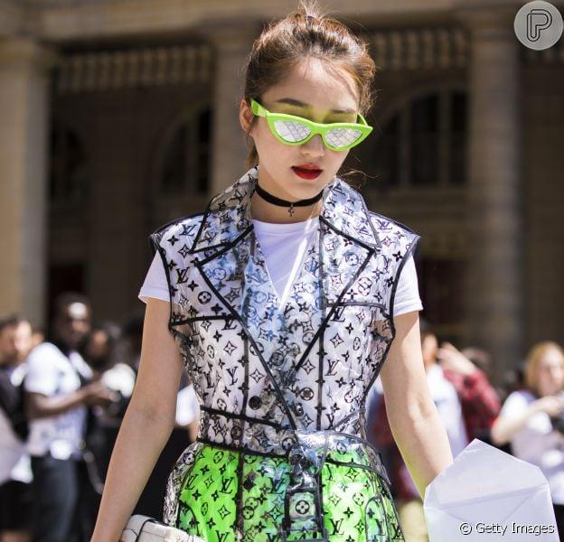 É tendência! Transparência no look da Louis Vuitton + neon