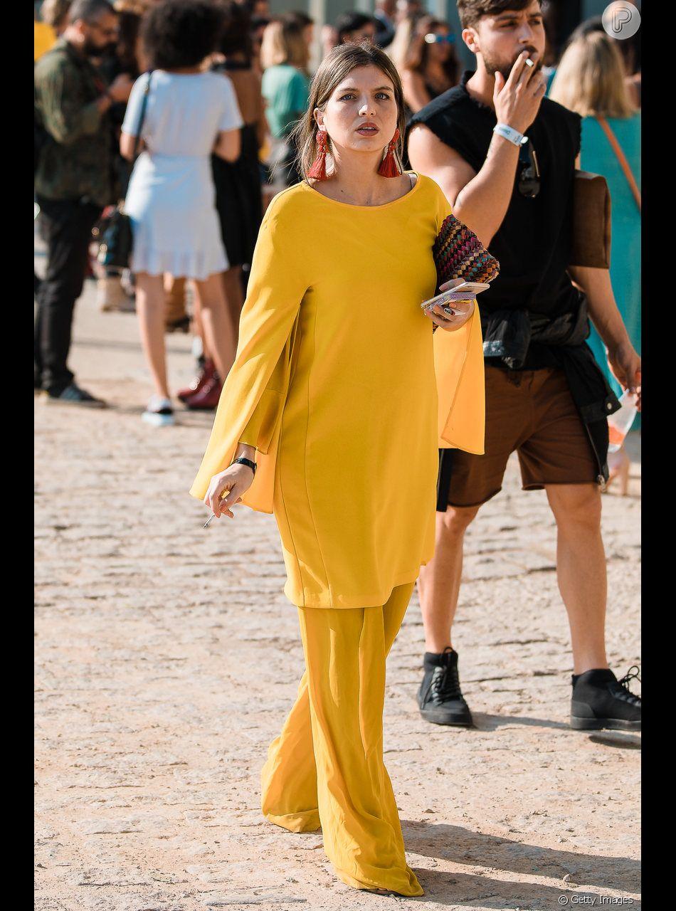 Amarelo no look monocromático de bata e pantalona
