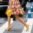 O amarelo também pode aparecer nos sapatos para combinar com vestidos florais no verão