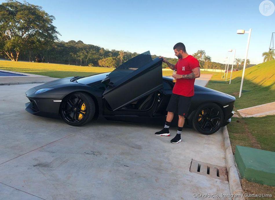 Gusttavo Lima posou com carro de R$ 4,7 milhões e agitou web nesta quinta-feira, 31 de janeiro de 2019