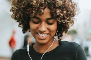 Cabelo cacheado curto é tendência: 15 fotos para te inspirar a renovar o look