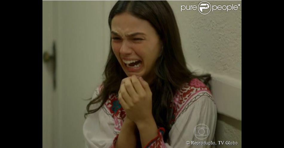 Grávida, Sandra (Isis Valverde) sente dor e tem uma hemorragia após saber que foi trocada na maternidade, em 'Boogie Oogie', em 4 de outubro de 2014