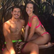 Casal neon! Juliana Paiva e Nicolas Prattes usam tons fluorescentes em Noronha