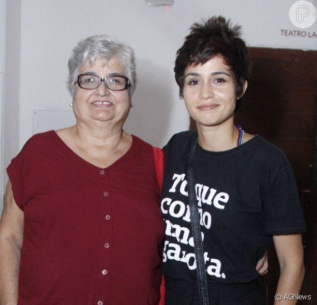 Avó de Nanda Costa, Maria Inês acompanha atriz à apresentação de Lan Lanh no Rio