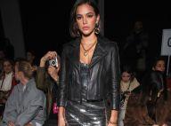 Bruna Marquezine alia vestido metalizado e jaqueta em look rocker para NYFW